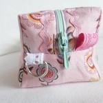 Gewebte Textiletiketten als Schlaufe zwischen zwei Stoffe einnaehen_