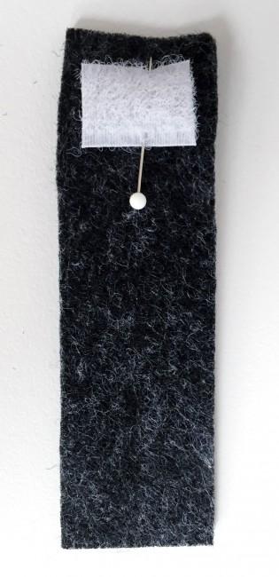 Das Klettverschlussstück auf die Lasche pinnen
