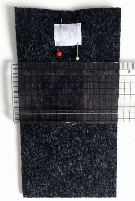 Die Platzierung des Klettverschlusses genau ausmessen